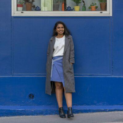 Amande C - look bleu, manteau long, jupe réversible - Amandine Chambrelent